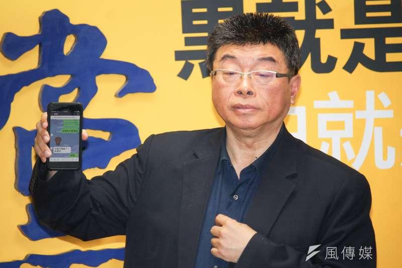 20191121-新黨公布不分區立委推薦名單記者會,圖為新黨不分區第一位邱毅,並公布與韓國瑜的通訊紀錄。(蔡親傑攝)
