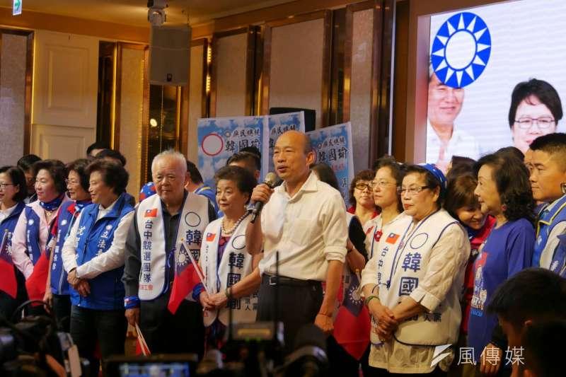 國民黨總統候選人韓國瑜22日出席婦女後援會成立大會。針對總統蔡英文暗酸他請假跑行程,韓國瑜則回擊,蔡英文目前是「有領薪水的總統」,每天還在參與選舉的事情。(潘維庭攝)
