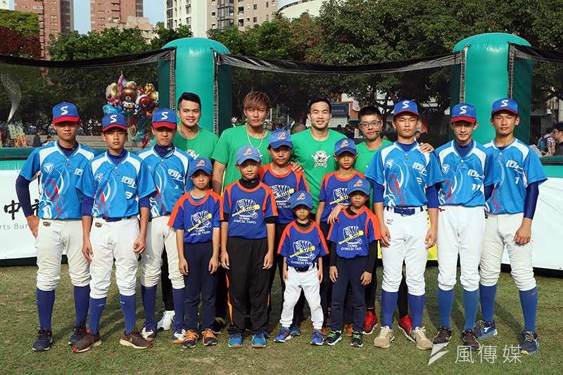 旅美投手王維中、曾仁和、宋文華今天來到台中市民廣場指導力行國小、向上國中棒球隊球員。(余柏翰攝)