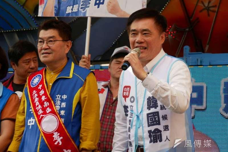 國民黨台中市立委參選人李中(左)23日舉辦競選總部成立大會,國民黨副主席郝龍斌(右)到場站台,呼籲大家把李中送進立法院。(潘維庭攝)