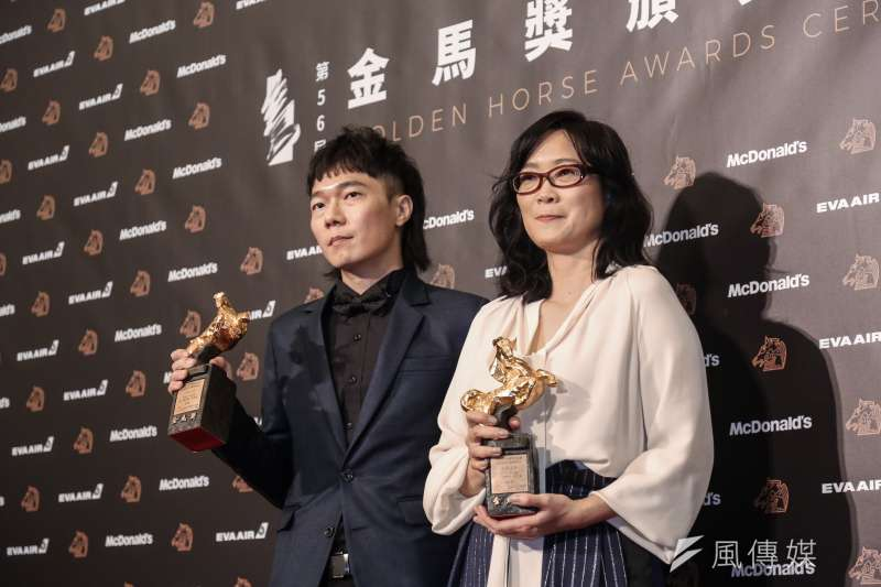 金馬獎最佳電影原創歌曲由《返校》的〈光明之日〉摘下。圖為作曲人盧律銘(左)、填詞、演唱者雷光夏(右)。(簡必丞攝)
