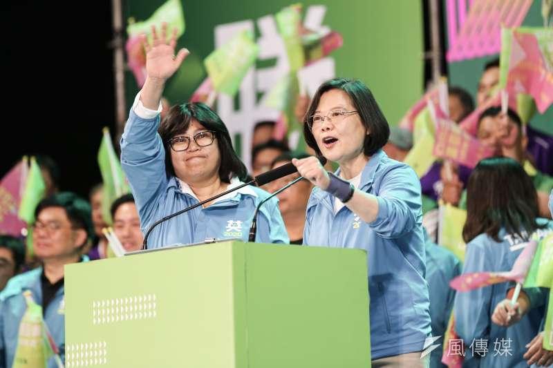 總統蔡英文在各地輔選立委,希望達到國會過半的目標。(簡必丞攝)