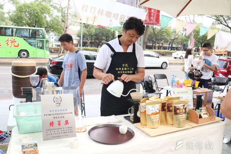 古坑在地的華山休閒農業區發展協會的理事長李契螢也帶領當地咖啡農戶參與咖啡市集,介紹咖啡沖泡特色。(圖/記者王秀禾攝)