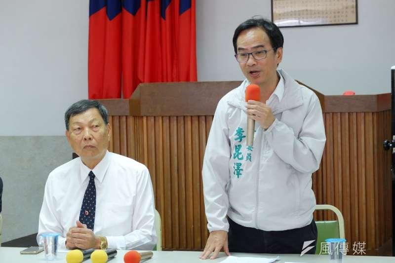 立委李昆澤(右)討論針對冷凍庫、冷鏈設備以及拍賣場地整修改善的相關問題。(圖/徐炳文攝)