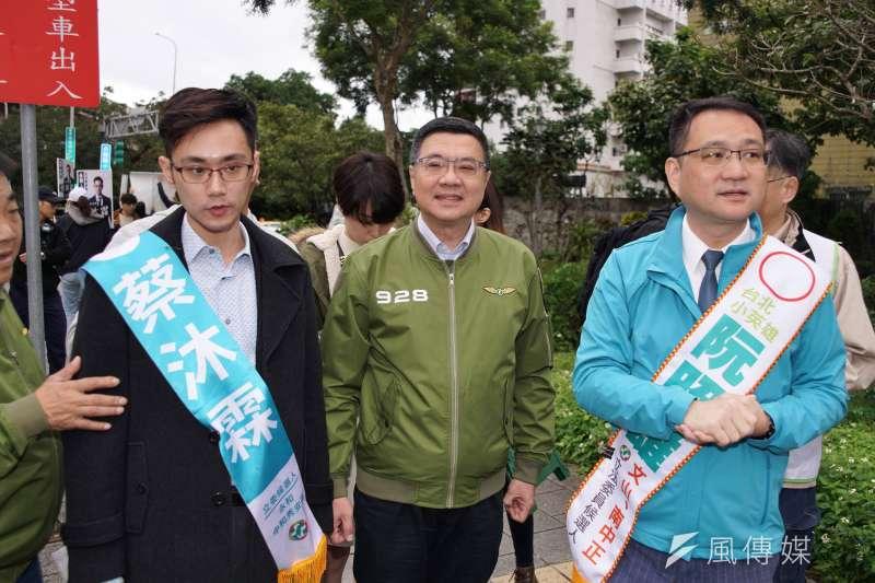 民進黨主席卓榮泰(中)遭媒體報導,主動提案支持無黨籍的蘇震清。對此,卓榮泰28日發出千字聲明反駁。(盧逸峰攝)