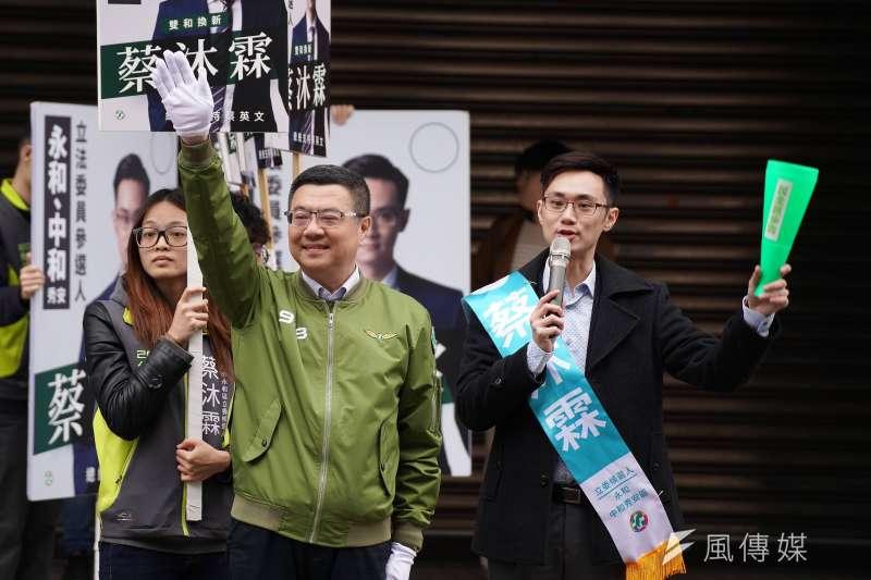 20191128-民進黨主席卓榮泰28日早晨陪同立委參選人蔡沐霖站路口拜票。(盧逸峰攝)