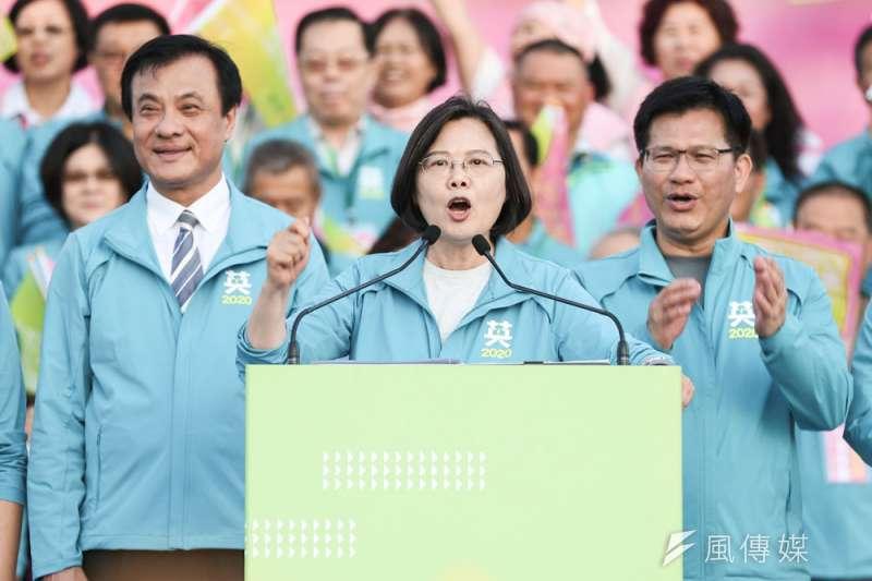 蔡英文(中)說,林佳龍(右)是「台灣隊」持續建設台中的三引擎之一。(簡必丞攝)