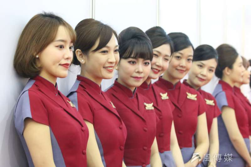 旅展開幕現場,華航派出「紅牌空姐」幫忙接待,亮麗外型引起來賓注目。(圖/徐炳文攝)
