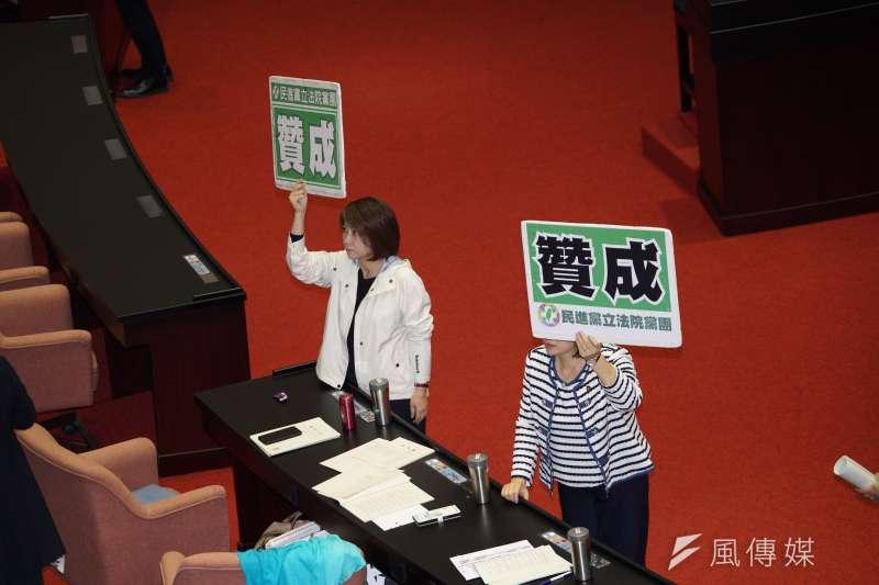 20191129-立法院院會29日處理「反滲透法」草案等案,立委舉牌表示贊成。(盧逸峰攝)