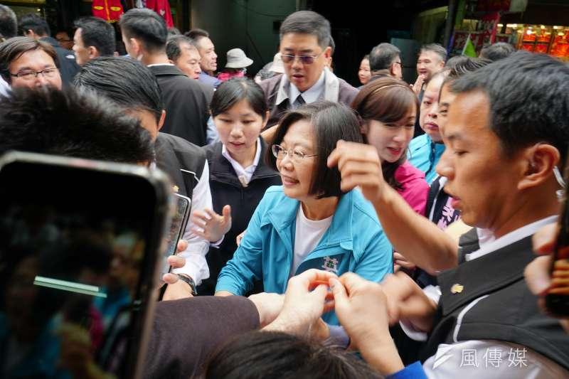 總統蔡英文30日陪同立委參選人許淑華、吳怡農前往市場掃街拜票,場面混亂。(蔡親傑攝)