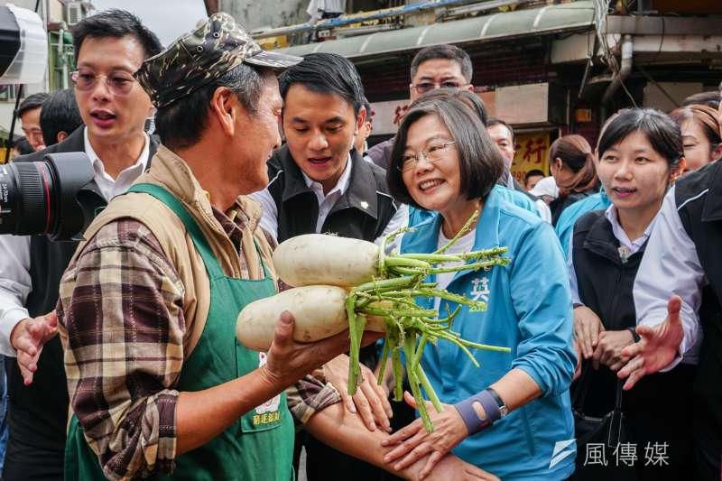 20191130-總統蔡英文陪同立委參選人許淑華、吳怡農市場掃街拜票。(蔡親傑攝)