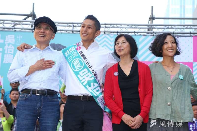 20191201-民進黨立委參選人吳怡農1日舉行競選總部成立大會,並與父母親妹妹一同合影。(顏麟宇攝)