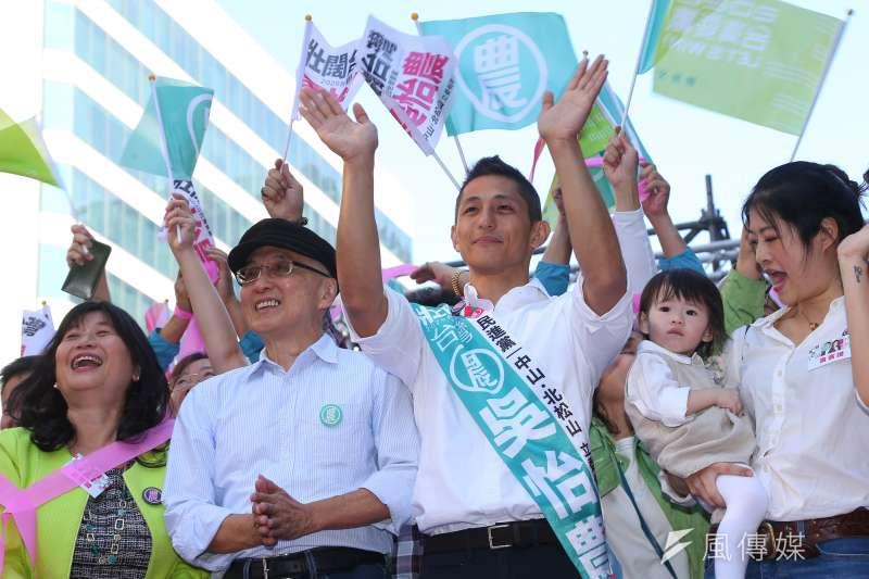 20191201-民進黨立委參選人吳怡農1日舉行競選總部成立大會,並與父親吳乃德一同上台合影。(顏麟宇攝)