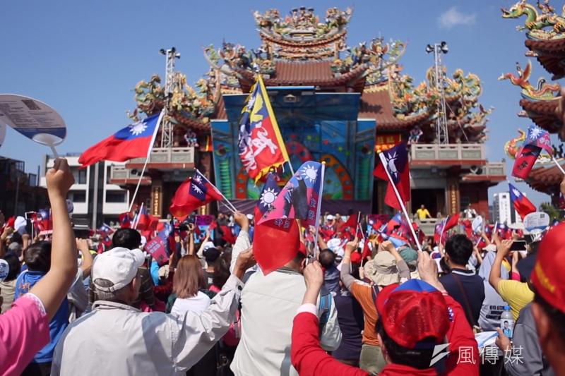 韓國瑜為徐慶煌拉抬聲勢,高雄仁武區上千民眾熱情力挺。(圖/徐炳文攝)