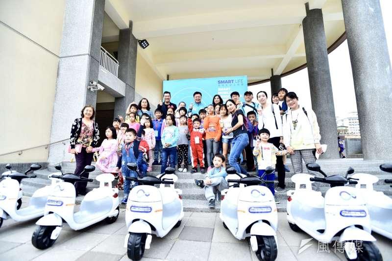 趙天麟立委(最後排中)服務處與台灣智慧移動產業協會(SMAT)共同舉辦的「環保生活上路趣」的親子活動。(圖/徐炳文攝)