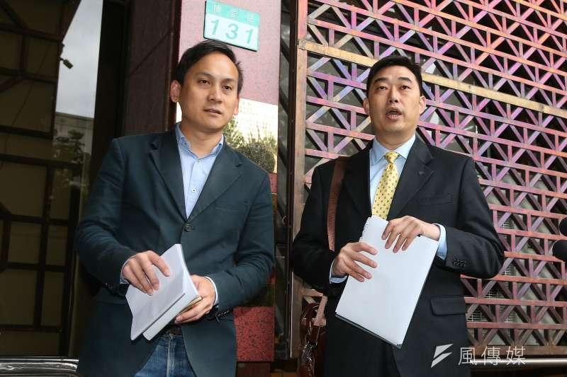 韓國瑜競選辦公室發言人葉元之(左)、韓國瑜競選辦公室法律顧問葉慶元律師(右)2日前往北檢針對時代力量立法委員黃國昌進行提告。(顏麟宇攝)