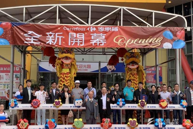 台糖董事長陳昭義(前左)與家福公司總經理王俊超一同為家樂福新屏店剪綵開幕。(圖/徐炳文攝)
