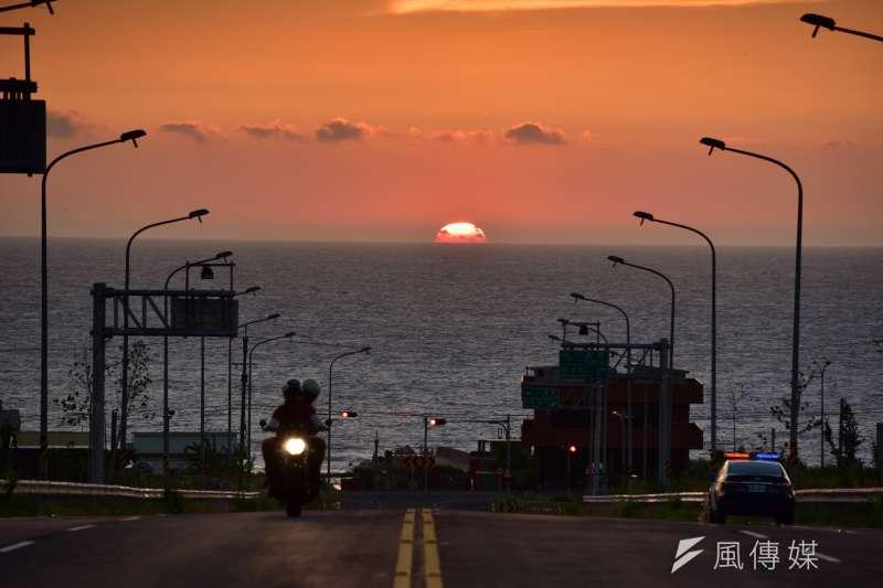 交通部公路總局於11月6日發起「台灣十大最美景觀公路」票選活動,最終由西濱公路通霄段及月牙灣公路排名居冠。圖為有日落大道之稱的「新埔聯絡道」。(公路總局提供)