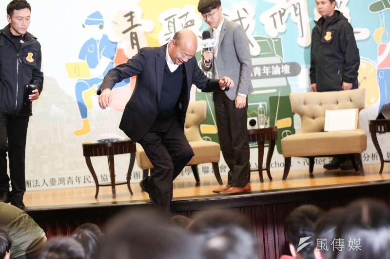 國民黨總統候選人韓國瑜5日出席2020總統大學青年論壇,論壇結束後並跳下講台與民眾合照。(簡必丞攝)