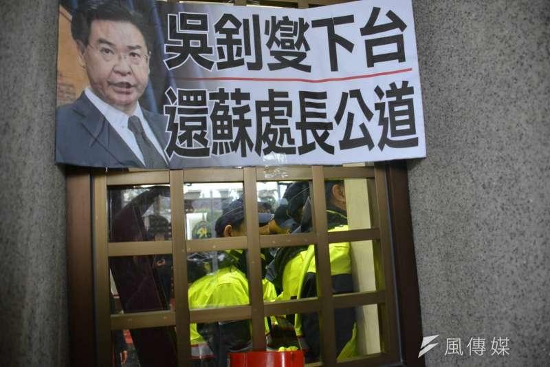 2019年12月6日,「卡神」楊蕙如涉網路帶風向侮辱大阪辦事處被起訴,國民黨立委到外交部抗議。(國民黨立院黨團提供)