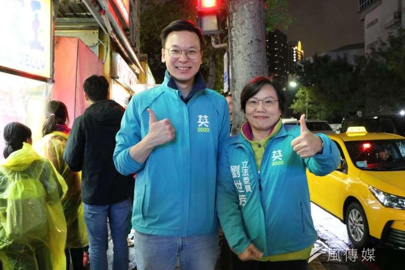 民進黨副秘書長林飛帆(左)陪立委候選人劉世芳(右)到瑞豐夜市拜票。(圖/徐炳文攝)