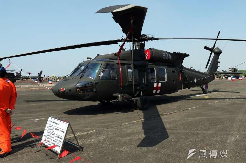 空軍第4聯隊4日獲令派遣黑鷹執行登山客救援任務。空軍表示即使遭遇挫折,仍堅守崗位,執行各項救援任務。(資料照,蘇仲泓攝)