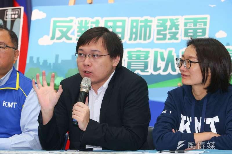 20191206-韓國瑜國政顧問團成員核能流言終結者創辦人黃士修(左)6日召開「反對用肺發電,落實以核養綠」記者會。(顏麟宇攝)