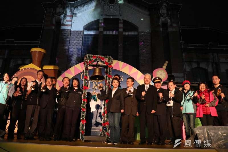 2019台中耶誕夢想世界6日晚上由盧秀燕市長跟市府主管一起搖鈴並點起沿街的聖誕節燈飾。(圖/王秀禾攝)