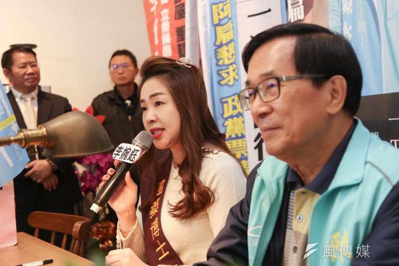遭民進黨開除黨籍的前新北市議員李婉鈺(左),盼重返民進黨,現仍待民進黨新北市黨部核准。圖為前總統陳水扁(右)在2020大選時與她同台出席簽書會。(資料照,簡必丞攝)
