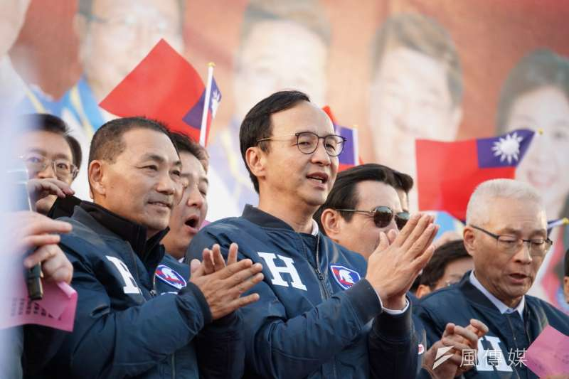 國民黨主席選舉因疫情延後舉行,經反覆思量後,前新北市長朱立倫(中)2日正式宣布參選。(資料照,盧逸峰攝)