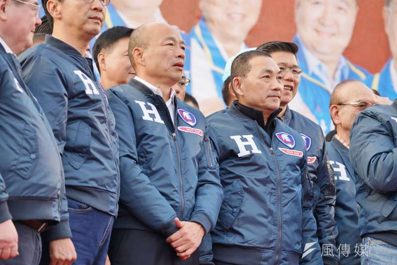 日前在新北造勢活動,國民黨總統參選人韓國瑜(左二)與黨內重量級人士同穿的戰袍,支持者詢問不斷,韓國餘10日表示將再多製1000件外套,屆時將舉辦一場公益販售活動。(資料照,盧逸峰攝)