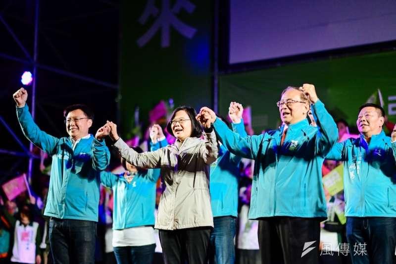 立委候選人趙天麟(前排左)成立競選總部,總統蔡英文(前排中)到場助講打氣。(圖/徐炳文攝)