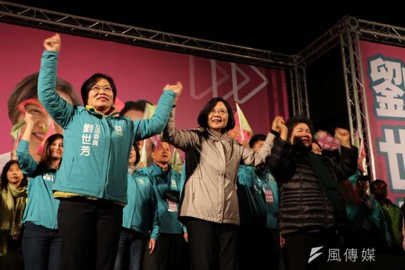 立委侯選人劉世芳(左)成立競選總部,小英總統(中)到場祝賀民眾熱情沸騰。(圖/徐炳文攝)