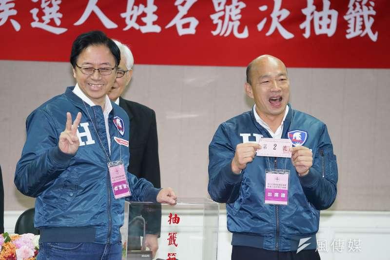 中選會9日舉行正副總統候選人號次抽籤,國民黨正副總統候選人韓國瑜(右)、張善政(左)同台出席。(盧逸峰攝)