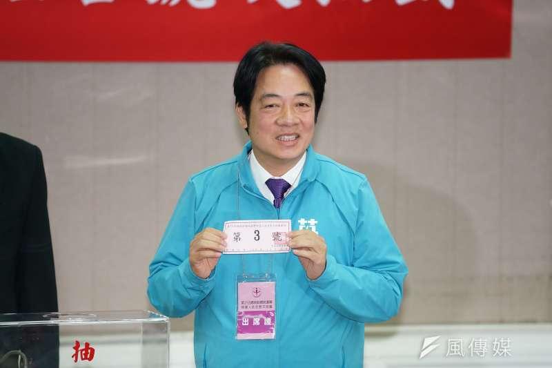 民進黨副總統候選人賴清德9日代表「英德配」前往中選會抽號次,第3位抽籤的他抽中3號。(盧逸峰攝)