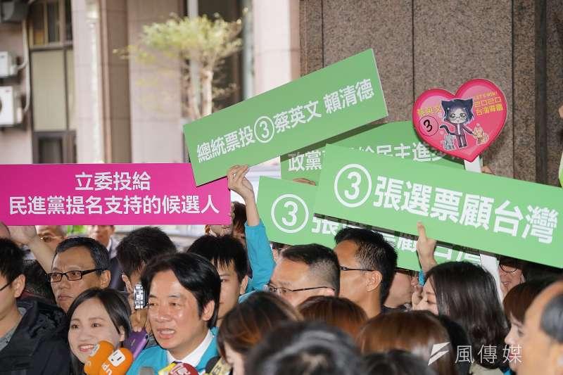 20191209-中央選舉委員會於9日上午舉行第15任總統、副總統參選人號次抽籤,賴清德聯訪時,支持者舉起3張選票顧台灣的標語。(盧逸峰攝)
