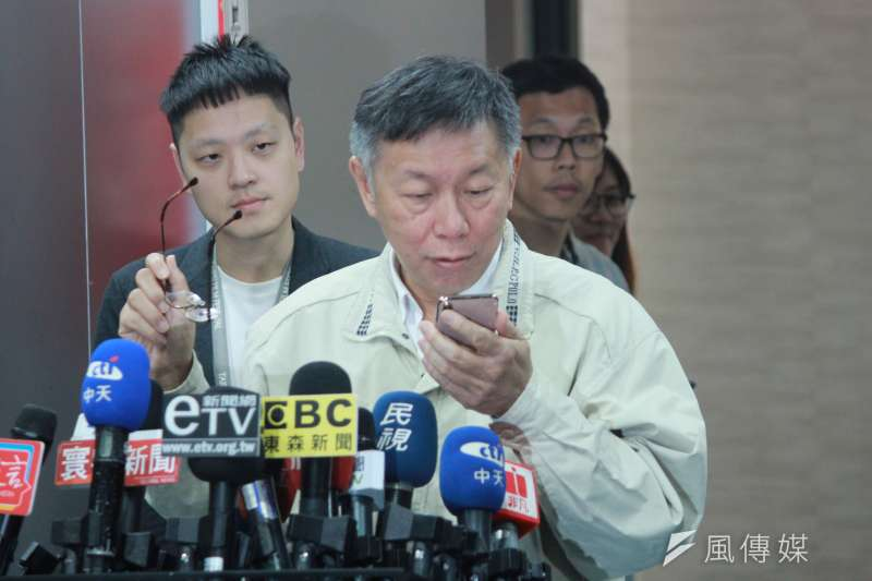 有醫師在匿名論壇貼出台大醫院「立法委員就醫或請託關照作業程序」,台北市長柯文哲接過手機認真端詳之後說,他還是要研究一下。(方炳超攝)