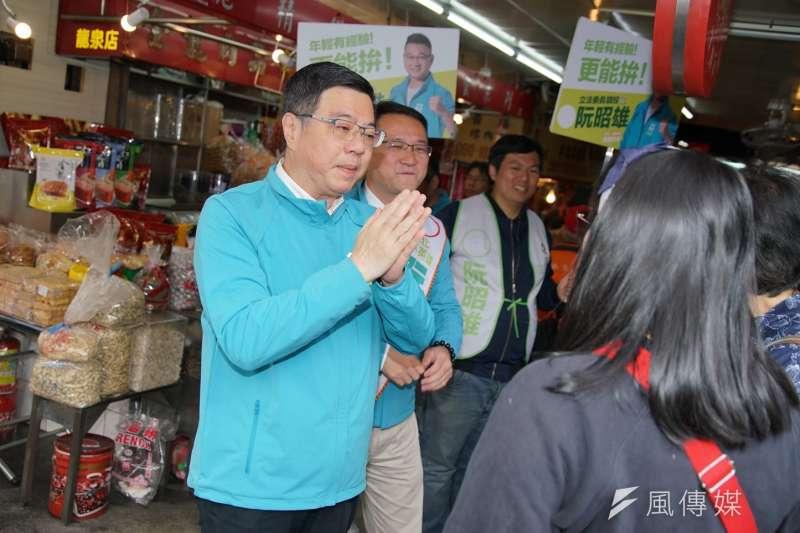 20191210-民進黨主席卓榮泰10日陪同立委參選人阮昭雄於龍泉市場拜票。(盧逸峰攝)