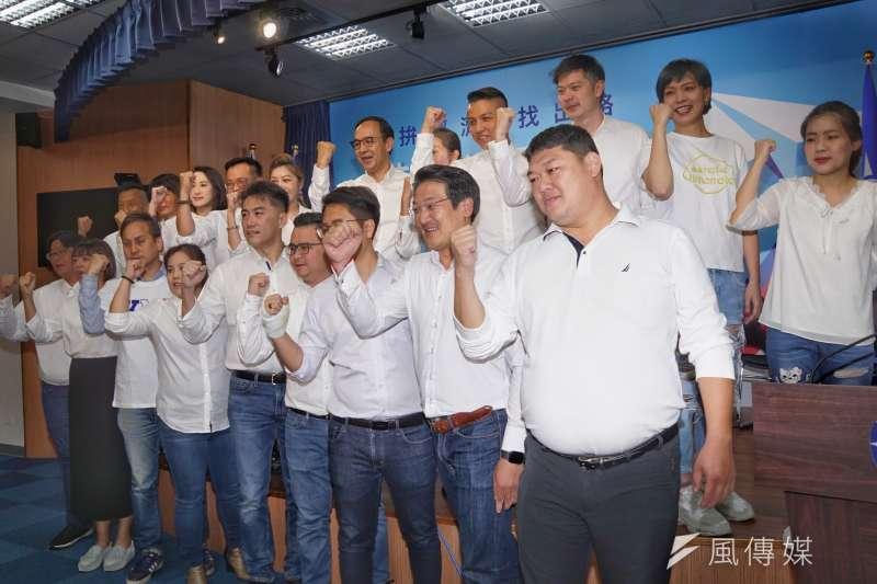 國民黨青年世代的縣市議員同台合影。(資料照,盧逸峰攝)