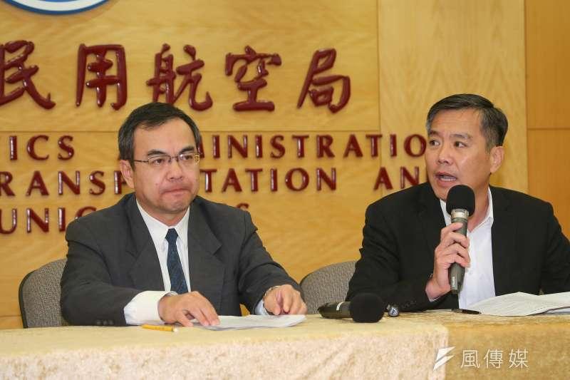 民航局副局長方志文(左)、遠東航空副總黃育祺(右)12日針對遠航明起停業,召開記者會說明。(顏麟宇攝)