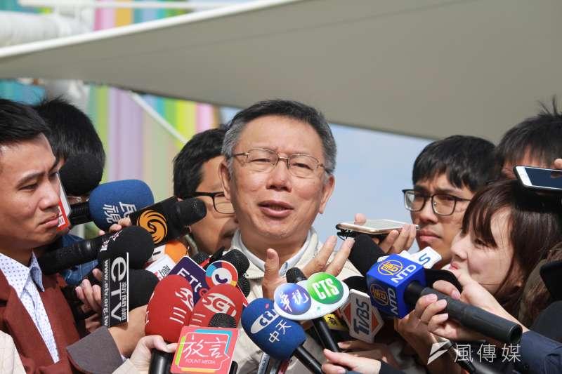 台北市長柯文哲12日上午前往台北花市,出席綠屋頂示範區推廣記者會暨內湖花市花卉行銷推廣活動並受訪。(方炳超攝)