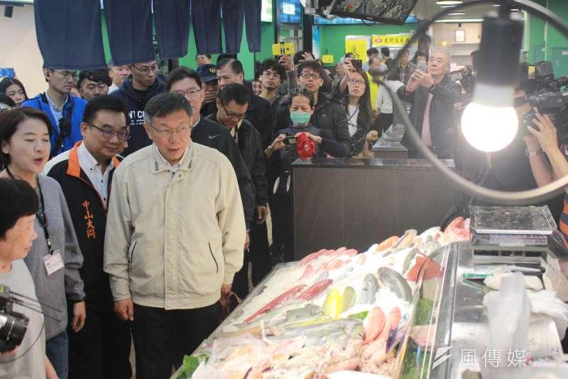台北市長柯文哲13日上午出席大龍市場開幕典禮,並前往市場內視察。(方炳超攝)