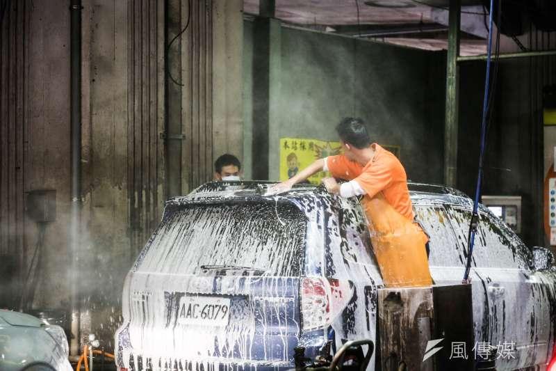 全台面臨缺水危機,中南部水情尤其吃緊,一名女網友質疑,為何到現在還有人在洗車、玩水,引發論戰。示意圖。(資料照,簡必丞攝)