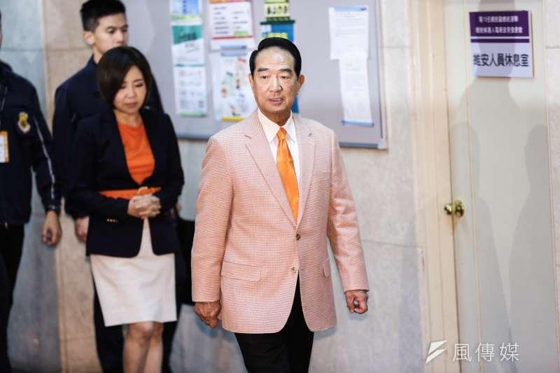 宋楚瑜也曾經穿粉紅色西裝出席記者會。(簡必丞攝)