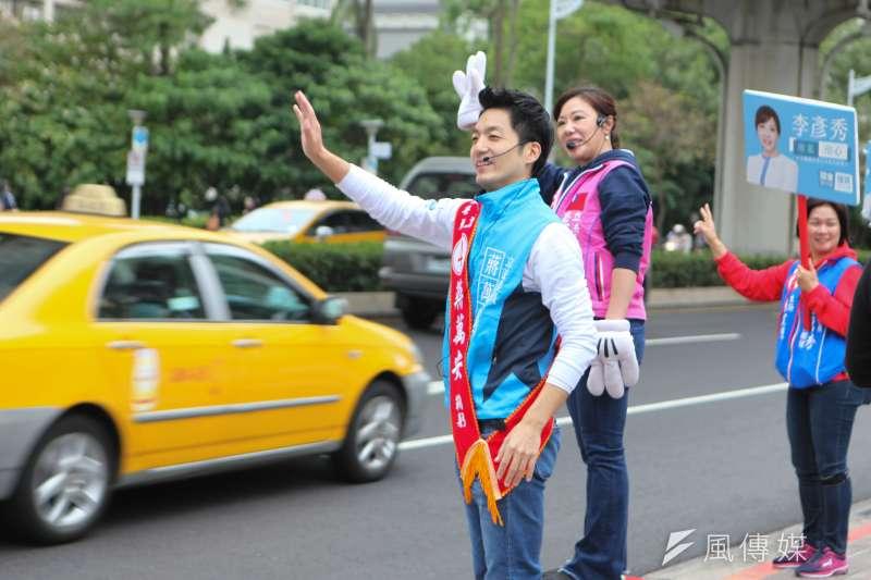 國民黨立委候選人蔣萬安(左)、李彥秀(右)今(19)日於內湖路、港墘路口拜票,共同展現國民黨團結的氣勢。(蔣萬安辦公室提供)