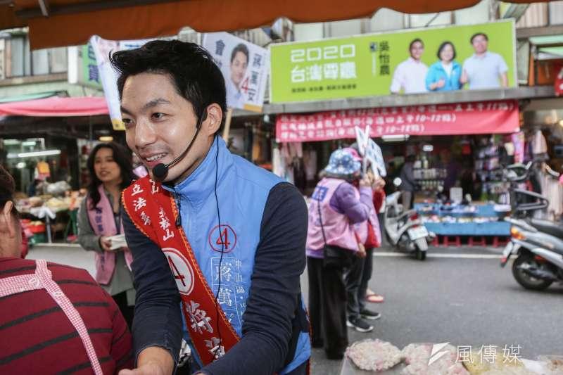 20191220-國民黨立委候選人蔣萬安20日至南京市場掃街。(簡必丞攝)