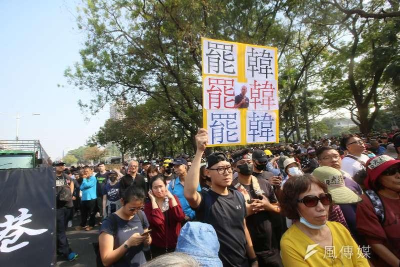 國民黨總統候選人韓國瑜回歸市長身分,卻面臨罷免危機,兩黨對罷韓態度不同,「宅神」朱學恒在臉書發文表示,兩黨對罷韓行動都各有打算。圖為去年12月21日在高雄舉行的罷韓大遊行。(資料照,柯承惠攝)