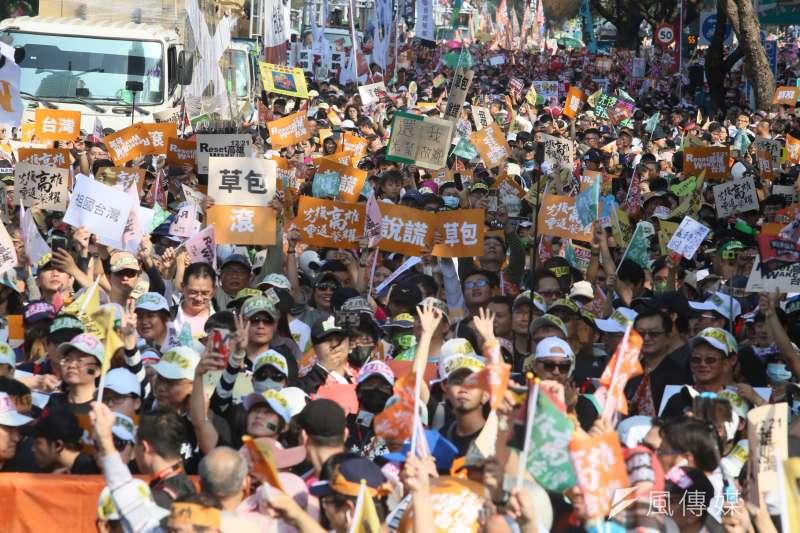 罷韓遊行21日登場,民眾走上街頭表達訴求,主辦單位也宣布參與遊行人數突破50萬人。(柯承惠攝)
