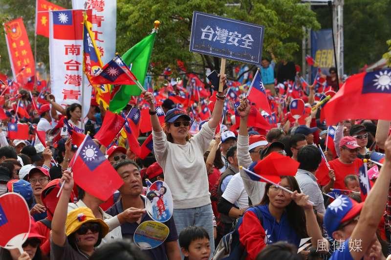 高雄市長韓國瑜因帶職參選總統惹來批評,挺、罷韓遊行昨(21)日同時在高雄雙雙登場,罷韓主辦單位聲稱到場人數高達50萬人,挺韓方則是宣稱有35萬人,造成各界激起「實際人數」論戰。圖為挺韓遊行。(資料照,顏麟宇攝)