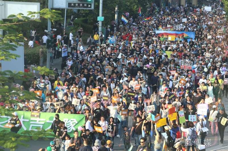 罷韓遊行主辦方宣布現場參與人數突破50萬人。對此,國民黨立委候選人孫大千23日指出,主辦方替人數灌水雖無可厚非,但如果太誇張就會變成一場笑話。(資料照,柯承惠攝)